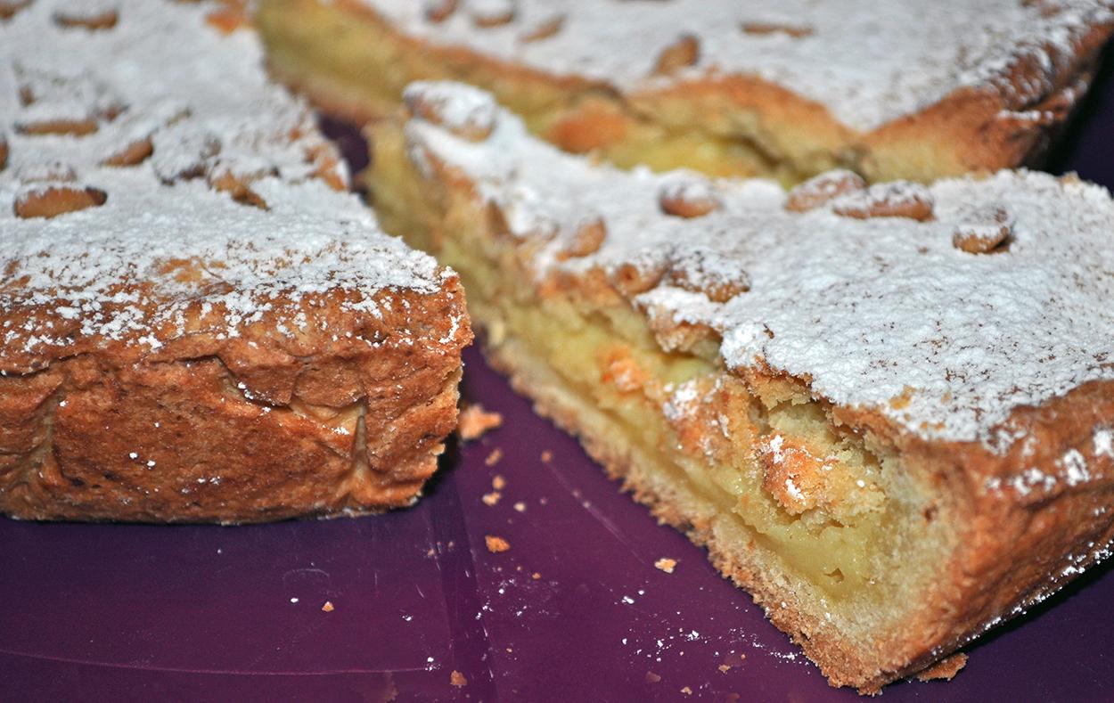 Omas Kuchen, die Torte mit Pudding gefüllt