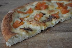 Focaccia mit Sardellen und Tomaten