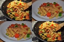 Gebratene Nudeln, Gemüse und Hackfleisch Thymian (Rezept Licht)