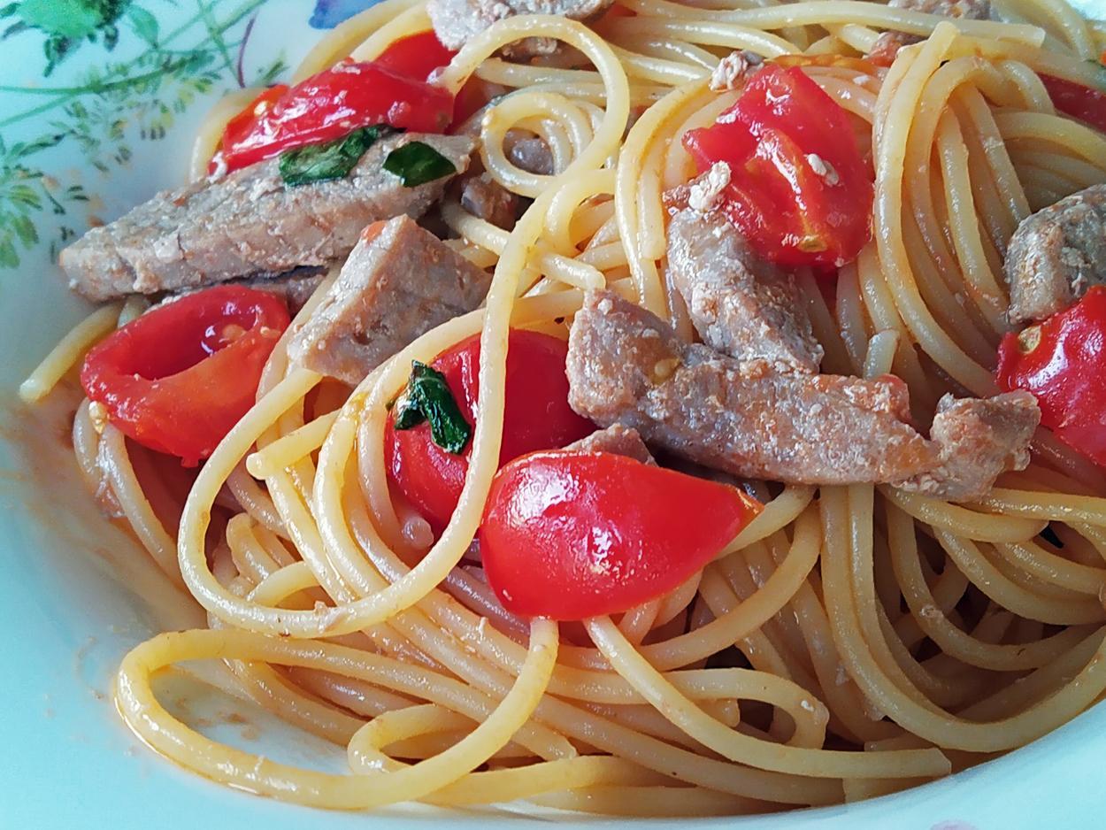 Spaghetti with fresh tuna and cherry tomatoes